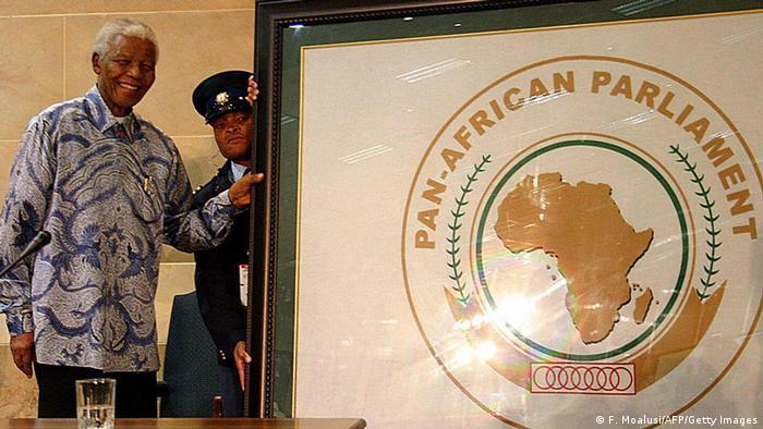 Nelson Mandela überreicht ein Bild mit einem Emblem des Panafrikanischen Parlaments im Jahr 2006 FATI MOALUSI/AFP/Getty Images