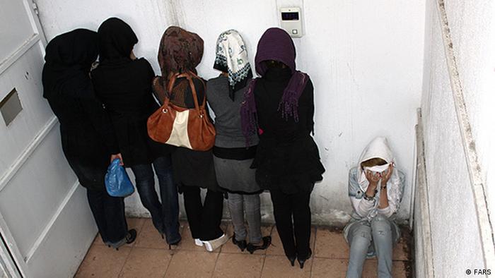 Bildergalerie Iran Polizei Zulieferer: Hossein Kermani Bildbeschreibung: Die Sittenpolizei verhafte weiterhin Frauen wegen Unislamische Kleider. Schlagworte: Iran, polizei Lizenzfrei: FARS