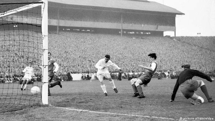 Real Madrids Stürmerstar Ferenc Puskas (M.) erzielt am 18.05.1960 vor 135.000 Zuschauern im Glasgower Hampden Park eines seiner vier Tore im Endspiel des Europapokals der Landesmeister gegen Eintracht Frankfurt (7:3). (foto: dpa)