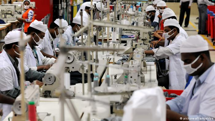 Mitarbeiter der Textilfabrik Viyellatex in Tongi, einem Vorort von Dhaka in Bangladesch, arbeiten am Donnerstag (23.06.2011) in der Produktion und nähen T-Shirts. Das Unternehmen betreibt eine Fabrik mit höchstem Standard und produziert unter anderem auch für Marken wie Puma und Esprit. Foto: Tim Brakemeier dpa pixel