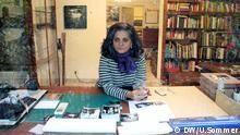 ***ACHTUNG Sperrfrist: Fotos erst ab dem 29. Mai 2013 10 Uhr nutzen!*** Dayanita Singh an ihrem Schreibtisch in Indien, 2013 *** Bilder von Ulrike Sommer, Deutsche Welle 2013