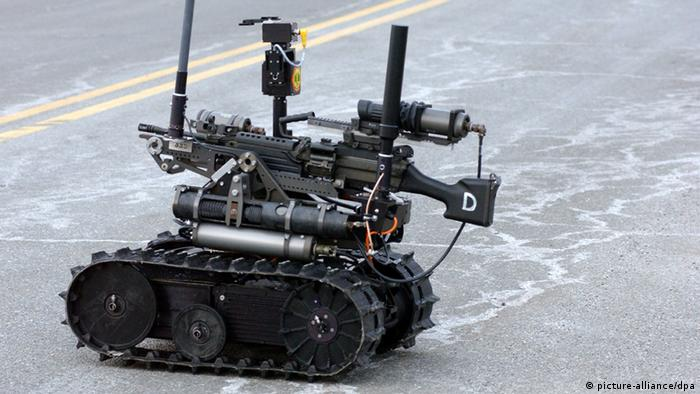 The Army displayed its new fighting robot called the Talon Sword at a press conference at the Picatinny Arsenal in New Jersey on February 2, 2005. The army plans to deploy these robo-soldiers in Iraq. They are be controlled remotely via an attache case with reception of over one mile away. The Sword is outfitted with thermal vision and four cameras for navigation by its remote 'driver'. The model pictured is mounted with an M-240B Machine gun. Other versions have 40mm Grenade Launchers and M202 anti-tankrocket systems as well as other machine guns. This system was developed by The U.S. Army's Armament Research, Developement and Engineering Center and the Massachusetts based defense firm Foster-Miller. Foto: Dan Herrick +++(c) dpa - Report+++ pixel
