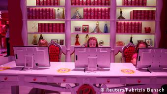 Six years old Lara (C) plays with a computer inside a Barbie Dreamhouse of Mattel's Barbie dolls in Berlin, (Photo:REUTERS/Fabrizio Bensch)