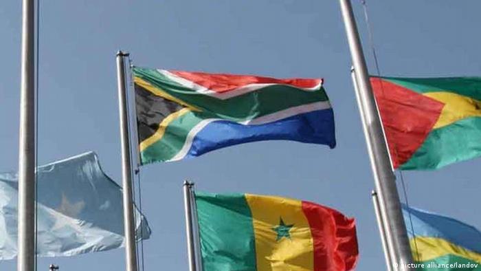 Südafrikas Flagge zwischen anderen Fahnen der AU-Mitgliedsländer im Hauptquartier in Addis Abeba Xinhua /Landov
