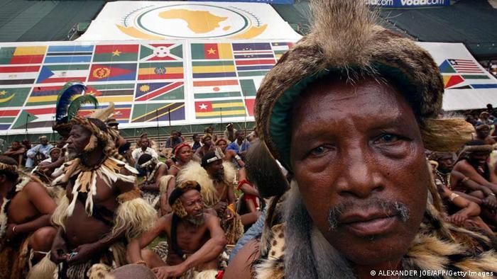 Zulu Tänzer bei der Gründungszeremie der AU in Durban, Südafrika 2002 ALEXANDER JOE/AFP/Getty Images