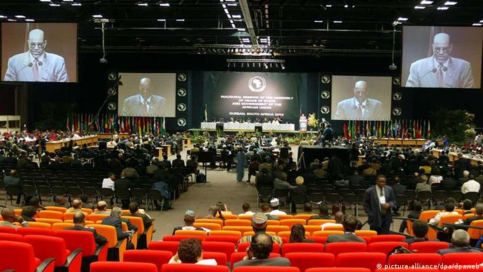 Sudan's President Omar Hassan El-Bashir addresses members at the closing of the inaugural summit of the African Union in Durban, 10 July 2002. (dpa)