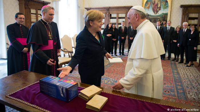 صدراعظم آلمان هدایای خود را تقدیم پاپ فرانسیس میکند
