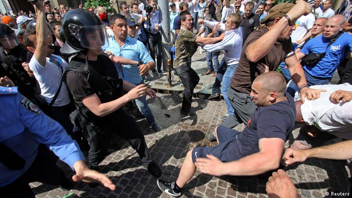 Supporters of Ukrainian President Viktor Yanukovich and the pro-presidential Party of the Regions (R) scuffle with supporters of the opposition during a rally in Kiev May 18, 2013. Supporters of Ukraine's opposition demanded the resignation of Yanukovich and the release of jailed opposition leader, former prime minister Yulia Tymoshenko. REUTERS/Alexander Perevoznik (UKRAINE - Tags: POLITICS CIVIL UNREST TPX IMAGES OF THE DAY)