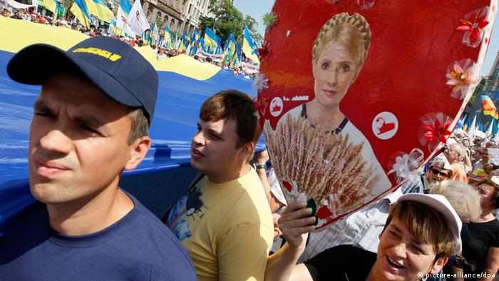 Supporters of different Ukrainian opposition parties carry their jailed leader, Yulia Tymoshenko's portrait during their rally in Kiev, Ukraine, 18 May 2013.