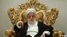 Ahmad Jannati Iran Wächterrat Ahmad Jannati (Janati ) ist Chef des Wächterrats der Islamischen Republik Iran. Der 87 jährige ultrakonservative Geistlicher steht dem Führer der Islamischen Republik, Ali Khamenei, sehr nah. Wächterrat (Guardian Council , Shoraye Negahban) an dessen Spitze Jannati vom Khamenei eingesetzt ist, kontrolliert die Islamtauglichkeit der Gesetzgebung im Parlament und entscheidet über Qualifikation aller Kandidaten bei Parlaments- und Präsidentschaftswahlen. Er gilt als Erzfeind der Reformpolitik im Lande. Quells: Fars
