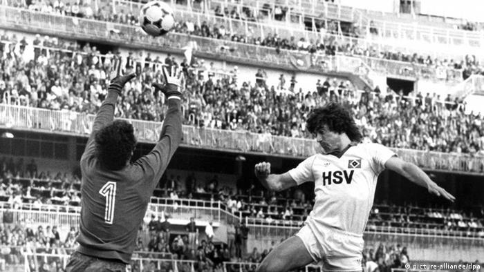Hamburgs englischer Stürmer Kevin Keegan (r) köpft einen Flankenball über das Nottingham-Tor, Forest-Torhüter Peter Shilton (l) streckt sich umsonst. (Foto: dpa)