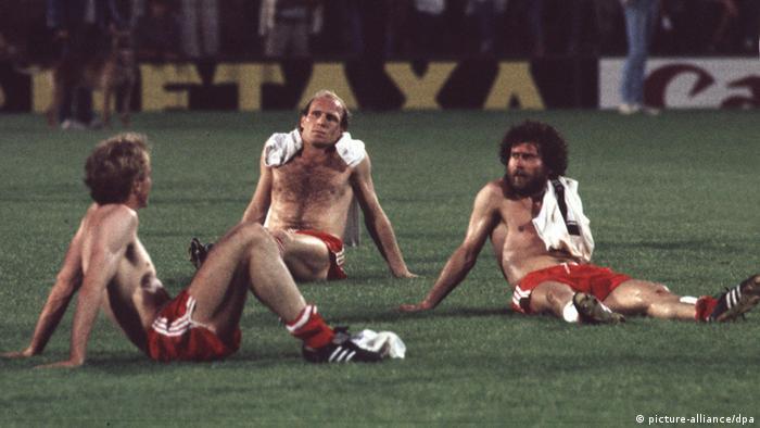 Karl Heinz Rumenigge, Dieter Hoeneß und Paul Breitner (v.l.) auf dem Rasen des De Kuip Stadions in Rotterdam. (Foto: dpa)