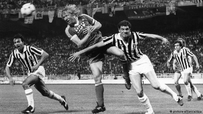 Der HSV-Stürmer Horst Hrubesch (2.v.l.) gewinnt am 25.05.1983 in Athen ein Kopfball-Duell gegen den Italiener Sergio Brio (2.v.r.), während die Turiner Antonio Cabrini (l) und Michel Platini (r) die Aktion beobachten. (Foto: dpa)