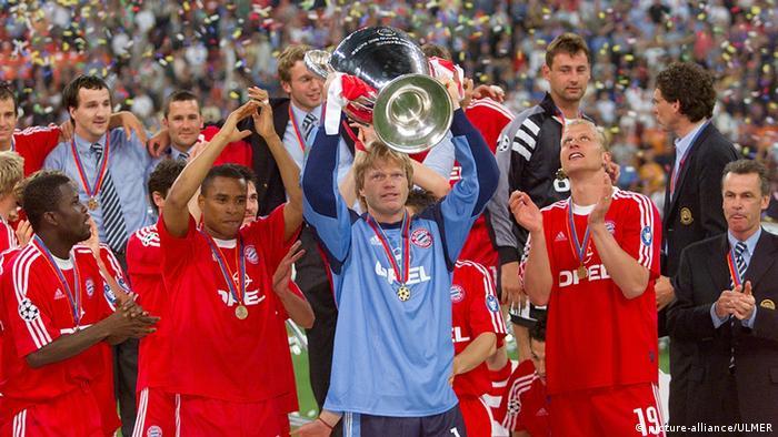Bayern-Spieler Samuel Kuffour, Paulo Sergio, Torwart Oliver Kahn mit CHL Pokal, Carsten Jancker und Trainer Ottmar Hitzfeld (v.li.) feiern. (FOTO: Pressefoto ULMER/Markus Ulmer)