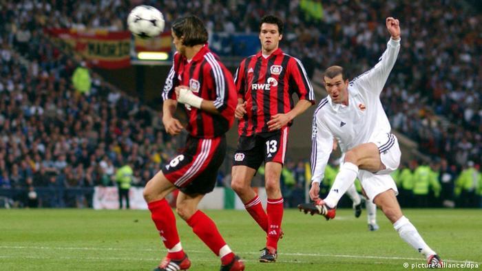 Real Madrids französischer Mittelfeldregisseur Zinedine Zidane (r.) schießt am 15.05.2002 volley von der Strafraumgrenze auf das Bayer-Tor und erzielt in der 45. Minute den 2:1-Führungstreffer für Madrid. (Foto: dpa)