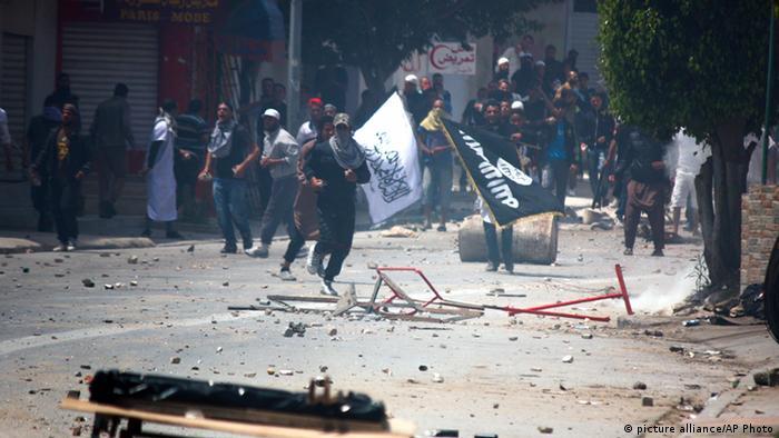 Tunesien Auseinandersetzungen Salafisten Polizei (picture alliance/AP Photo)