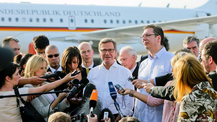 epa03707888 German Foreign Minister Guido Westerwelle (C) and Serbian deputy Prime minister Aleksandar Vucic (C-R) brief the media upon Westerwelle's arrival at the 'Nikola Tesla' airport in Belgrade, Serbia, 19 May 2013. Westerwelle, who was in Algeria earlier the same day, is on a one-day official visit to Serbia and will later travel to Kosovo as well. EPA/KOCA SULEJMANOVIC