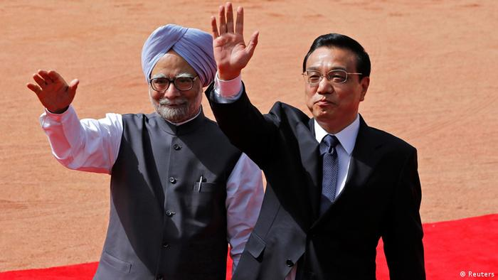 Chinese Premier Li Keqiang (R) and India's Prime Minister Manmohan Singh wave towards the media during Li's ceremonial reception at the forecourt of India's presidential palace Rashtrapati Bhavan in New Delhi May 20, 2013. Li arrived in New Delhi on Sunday for a three-day state visit. REUTERS/Adnan Abidi (INDIA - Tags: POLITICS)