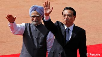 Chinese Premier Li Keqiang (R) and Indian Prime Minister Manmohan Singh wave towards the media during Li's ceremonial reception at the forecourt of India's presidential palace Rashtrapati Bhavan in New Delhi May 20, 2013 (Photo: REUTERS/Adnan Abidi)