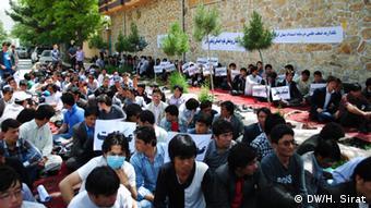 Afghanische Studenten der Uni Kabul sitzen auf dem Boden, sie sind im Hungerstreik und fordern Reformationen (Foto: DW)