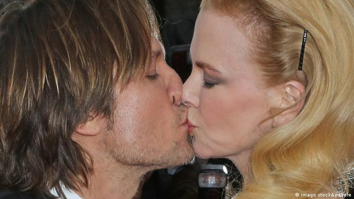 Bildnummer: 59665911 Datum: 19.05.2013 Copyright: imago/UPI Photo Nicole Kidman and Keith Urban share a kiss on the red carpet before the screening of the film Inside Llewyn Davis during the 66th annual Cannes International Film Festival in Cannes, France on May 19, 2013. PUBLICATIONxINxGERxSUIxAUTxHUNxONLY Kultur Entertainment People Film 66 Internationale Filmfestspiele Cannes Filmpremiere Premiere xas x1x 2013 quadrat Aufmacher premiumd kurios 59665911 Date 19 05 2013 Copyright Imago UPi Photo Nicole Kidman and Keith Urban Share a Kiss ON The Red Carpet Before The Screening of The Film Inside Davis during The Annual Cannes International Film Festival in Cannes France ON May 19 2013 PUBLICATIONxINxGERxSUIxAUTxHUNxONLY Culture Entertainment Celebrities Film 66 International Film Festival Cannes Film premiere Premiere x1x 2013 Square Highlight premiumd funny
