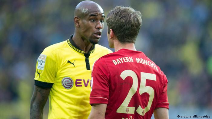 Dortmunds Felipe Santana (l) und Bayerns Thomas Müller unterhalten sich während des Spiels. (Foto: Bernd Thissen/dpa)