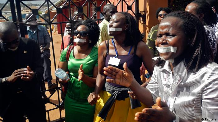 Employees of the Daily Monitor newspaper with their mouths taped shut in protest against the closure of their premises by the Uganda government (Photo: REUTERS/James Akena/DW)