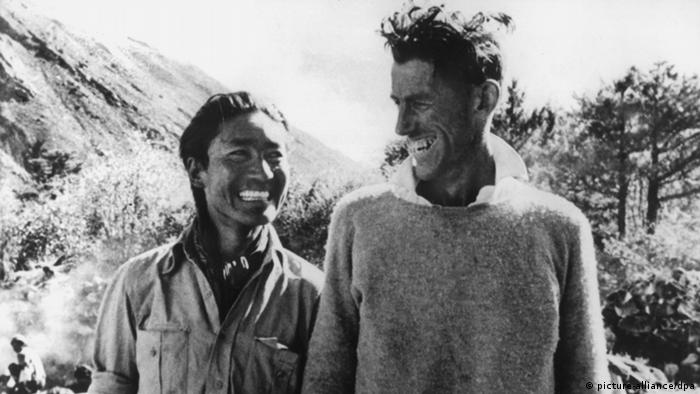 Edmund Hillary (r) mit dem Sherpa Tensing Norgay kurz nach der Everest-Erstbesteigung. Foto: dpa
