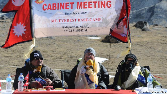 Sondersitzung des nepalesischen Kabinetts zu Füßen des Mount Everest. Foto: dpa