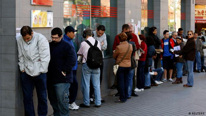 People wait in a queue to enter a government-run employment office in Madrid April 25, 2013. Spain's unemployment rate rose to a new record of 27.2 percent in the first quarter of this year, with 6.2 million people out of work, data from the National Statistics Institute showed on Thursday. REUTERS/Sergio Perez (SPAIN - Tags: POLITICS BUSINESS EMPLOYMENT)