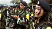 Guerillas der marxistischen Rebellenorganisation Revolutionäre Streitkräfte Kolumbiens (FARC) während einer Militärparade in San Vicente (Archivbild vom 07.02.2001). Kolumbiens Präsident Andres Pastrena hofft bei seinem Arbeitsbesuch in Berlin am 26.04.2001 auf deutsche Hilfe bei der Suche nach Frieden mit den linken Rebellen und bei der Bekämpfung der Drogenbanden. Dem konservativen Präsidenten läuft die Zeit davon, da in einem Jahr seine Amtszeit zu Ende geht und die Aussichten auf Frieden in dem bereits mehr als dreißigjährigen Krieg immer düsterer werden. dpa ( zu dpa-Korr.-Bericht: Pastrana hofft auf deutsche Hilfe für das geschundene Kolumbien vom 24.04.2001)