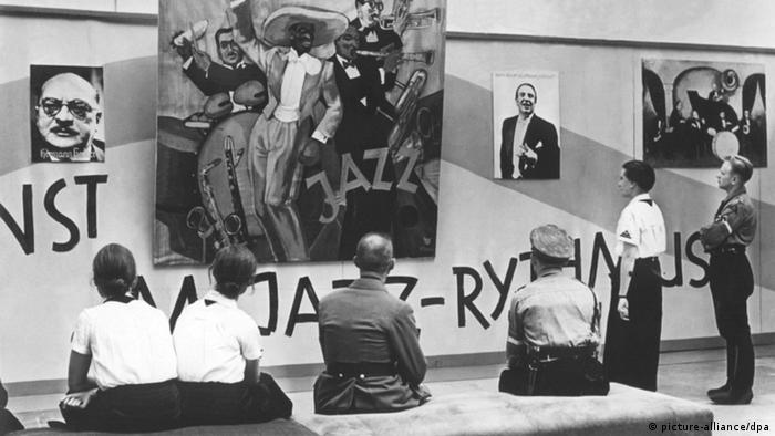 A black and white photo of people visiting the 'degenerate music' exhibition, which also drew large crowds<br /> Photo: picture-alliance/dpa