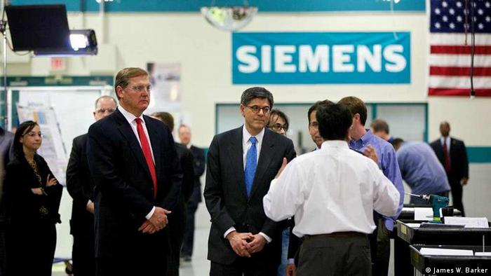 Siemens USA CEO Eric Spiegel shows US Secretary of the Treasury Jack Lew around the production plant in Alpharetta, Georgia (Photo: James W. Barker)