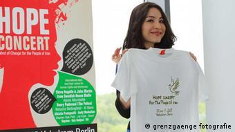 رکسانا صابری، خبرنگار ایرانی-آمریکایی، مجری کنسرت امید برای ایران