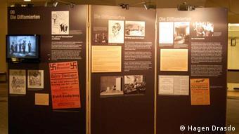 Stellwand mit Exponaten in der Ausstellung Das verdächtige Saxophon (Foto: Hagen Drasdo)