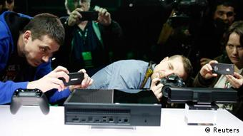 Members of the media photograph the Xbox One during a press event unveiling Microsoft's new Xbox in Redmond, Washington May 21, 2013. (Foto: rtr)