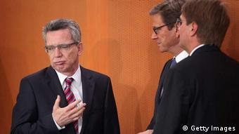 German Defense Minister Thomas de Maiziere (left) (Photo by Sean Gallup/Getty Images)