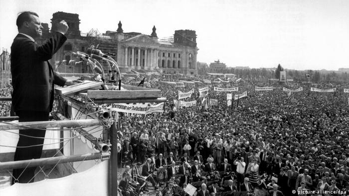 Willy Brandt 1959 bei einer Ansprache als Regierender Bürgermeister Berlins. (Foto: dpa)