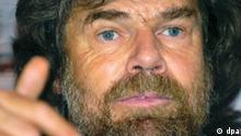 Der Bergsteiger Reinhold Messner spricht am Donnerstag (29.01.2004) in München über den Tod seines Bruders Günther im Jahre 1970 am Nanga Parbat. Er nahm Stellung zu den Spekulationen seiner Kritiker um eine mögliche Schuld am Tod seines Bruders. Foto:Frank Leonhardt dpa/lby