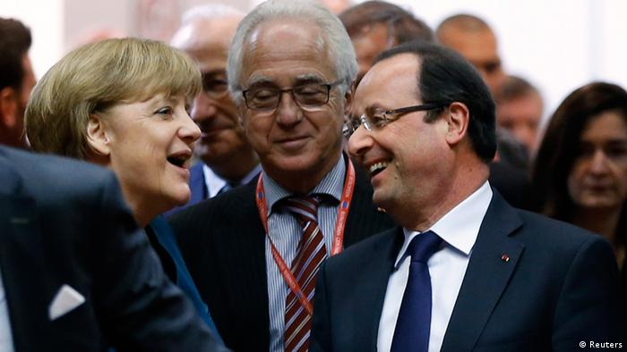 Germany's Chancellor Angela Merkel (L) and France's President Francois Hollande arrive at a European Union leaders summit in Brussels May 22, 2013. EU leaders met in Brussels on Wednesday with growing concern in European capitals about aggressive tax avoidance by high-profile corporations expected to top their agenda. REUTERS/Francois Lenoir (BELGIUM - Tags: POLITICS BUSINESS)