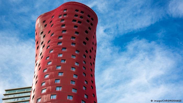 Hochhaus in rot von Architekt Toyo Ito (imago/CHROMORANGE)