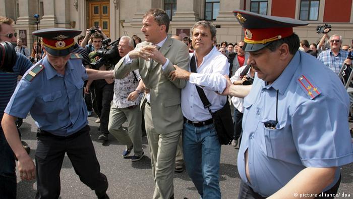 Фолькера Бека в Москве уводят сотрудники милиции