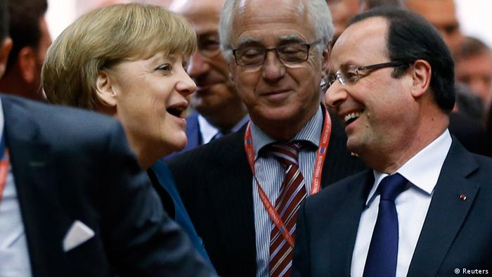 Germany's Chancellor Angela Merkel (L) and France's President Francois Hollande arrive at a European Union leaders summit in Brussels May 22, 2013. REUTERS/Francois Lenoir