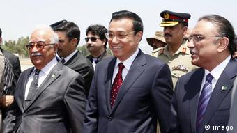 Chinese Premier Li Keqiang (C, front) is welcomed by Pakistani President Asif Ali Zardari and interim Prime Minister Mir Hazar Khan Khoso upon his arrival in Islamabad, Pakistan, May 22, 2013 (Photo: Imago XINHUA)