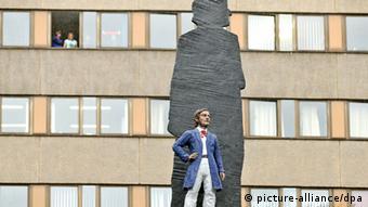 Das Wagner-Denkmal in Leipzig (Sachsen): Richard Wagner als mannsgroße Figur steht vor seinem übergroßen Schatten.