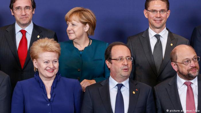 epa03711765 (L-R) Portuguese Prime Minister Pedro Passos Coelho, Lithuanian President Dalia Grybauskaite, German Chancellor Angela Merkel, French President Francois Hollande, Finnish Prime Minister Jyrki Katainen and European Parliament President Martin Schulz prepare to pose for a group photo during a European Heads of State summit in Brussels, Belgium, 22 May 2013. The European Council will, in the context of the EU's efforts to promote growth, jobs and competitiveness, discuss energy and taxation policy. EPA/THIERRY ROGE +++(c) dpa - Bildfunk+++