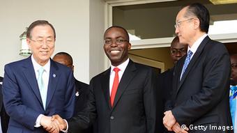 DR Kongos Premierminister Matata Ponyo mit UN-Generalsekretär Ban Ki-Moon (links) und Weltbankchef Jim Yong Kim (rechts) in Kinshasa, 22. Mai 2013 (Junior D. Kannah/AFP/Getty Images)