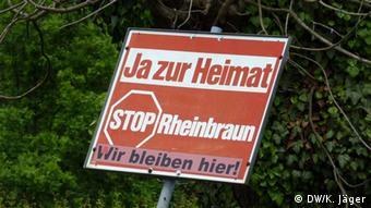 Protestschild gegen die Umsiedlung der Bewohner auf dem Gebiet des Rheinischen Braunkohletagebaus. Foto: DW/ Karin Jäger, 22.05.2013