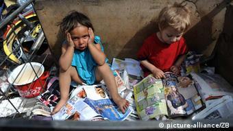 Djeca se igraju knjigama