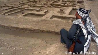 This man is guarding a Sumerian archeological site in Iraq from looters, Copyright: picture-alliance/dpa